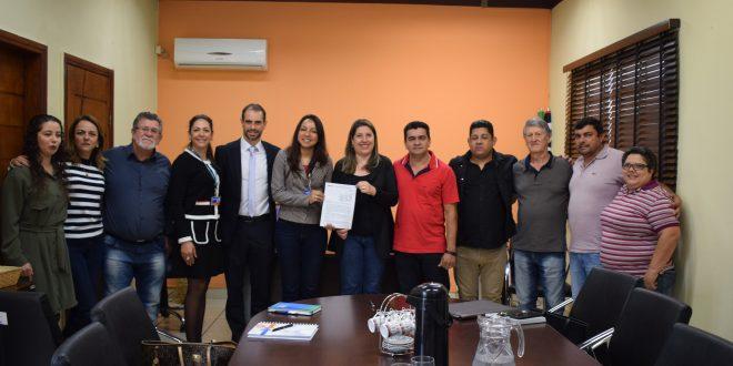 Prefeita Erica Soler posa ao lado de representantes da Caixa após assinatura de convênio de R$ 6,5 milhões; município recebe pavimentação com verba (Foto: Reprodução PMP)