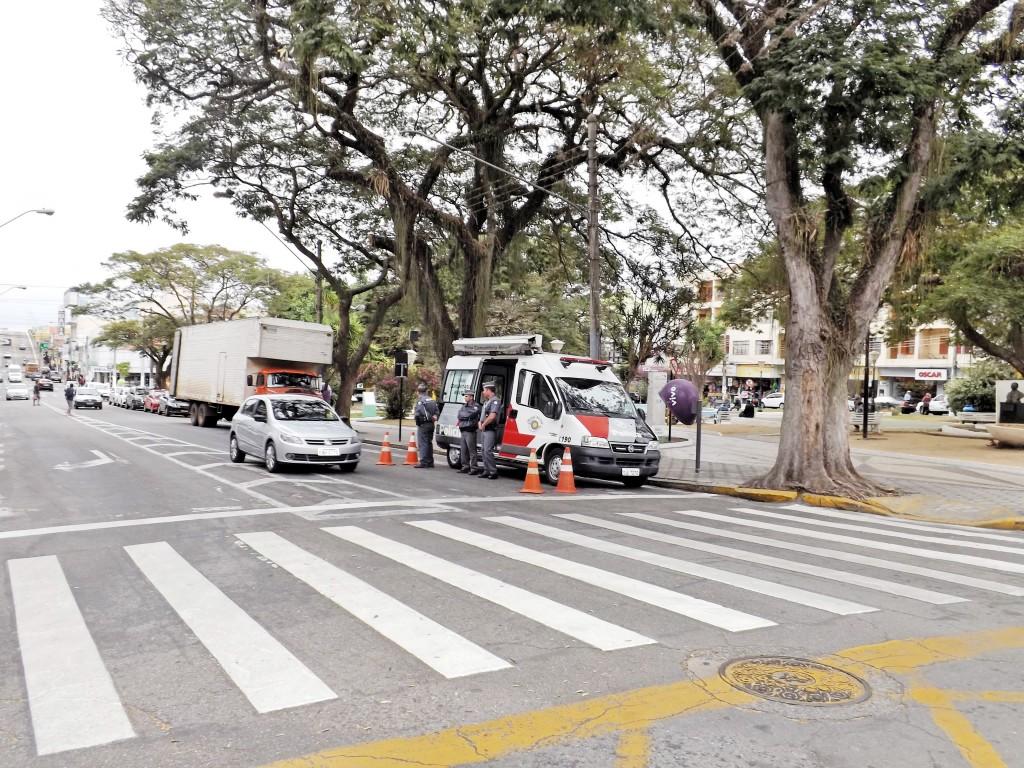 Polícia Militar em trabalho na avenida Jorge Tibiriçá; Lojas Cem é assaltada nesta quarta-feira (Foto: Arquivo Atos)