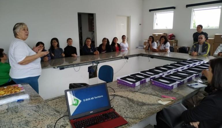 Reunião de capacitação de agentes e entrega de tablets para uso no sistema de Saúde de Ubatuba (Foto: Reprodução PMU)