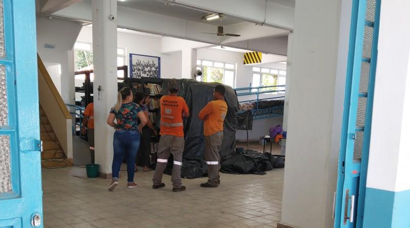 Servidores e funcionária da Biblioteca Municipal de Lorena conversam em espaço fechado para reforma (Foto: Arquivo Atos)
