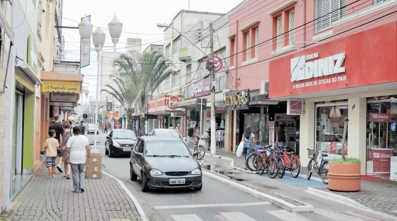 Rua Dr Rodrigues de Azevedo, a de maior movimento na cidade; aposta em câmeras compartilhadas (Foto: Arquivo Atos)