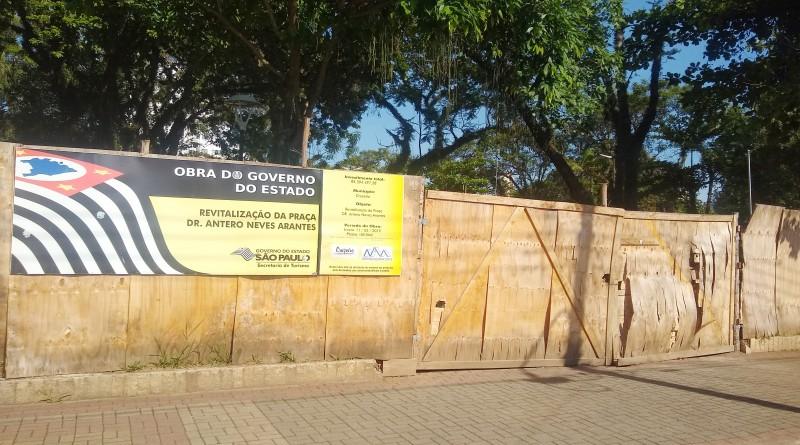 Placa que destaca prazo para a entrega de reforma da praça Antero Neves era de até seis meses (Foto: Rafael Rodrigues)