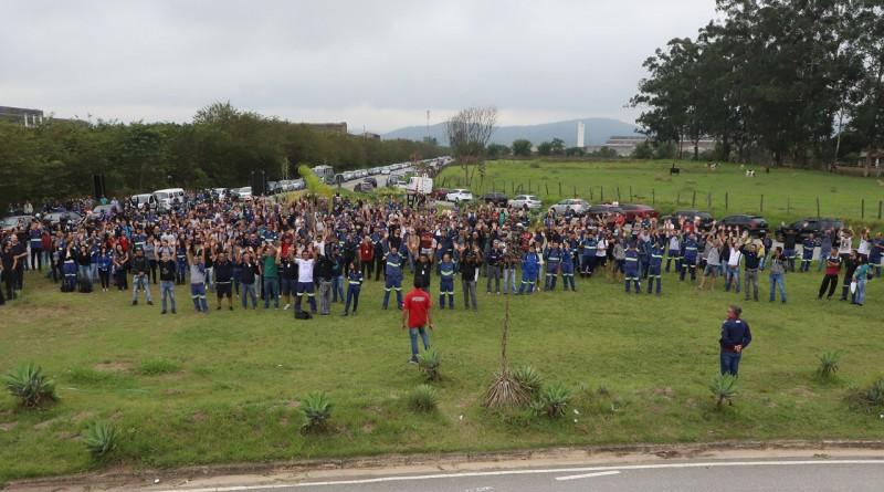 Funcionários da Gerdau em assembleia realizada na última segunda-feira; greve atinge 100% da fabricação (Foto: Divulgação SMP)
