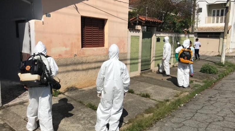 Agente de vetores durante ação de combate a dengue em Guaratinguetá; cidade tem aumento de (Foto: Reprodução PMG)