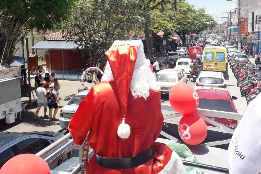 Desfile do Papai Noel pelo Centro de Cruzeiro; campanha já nas ruas (Foto: Reprodução ACC)