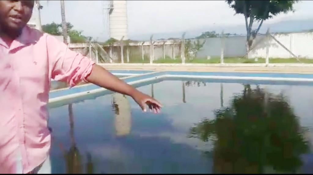 Em vídeo nas redes sociais, o vereador Xande denuncia condições de piscina utilizada por alunos da cidade (Foto: Reprodução)