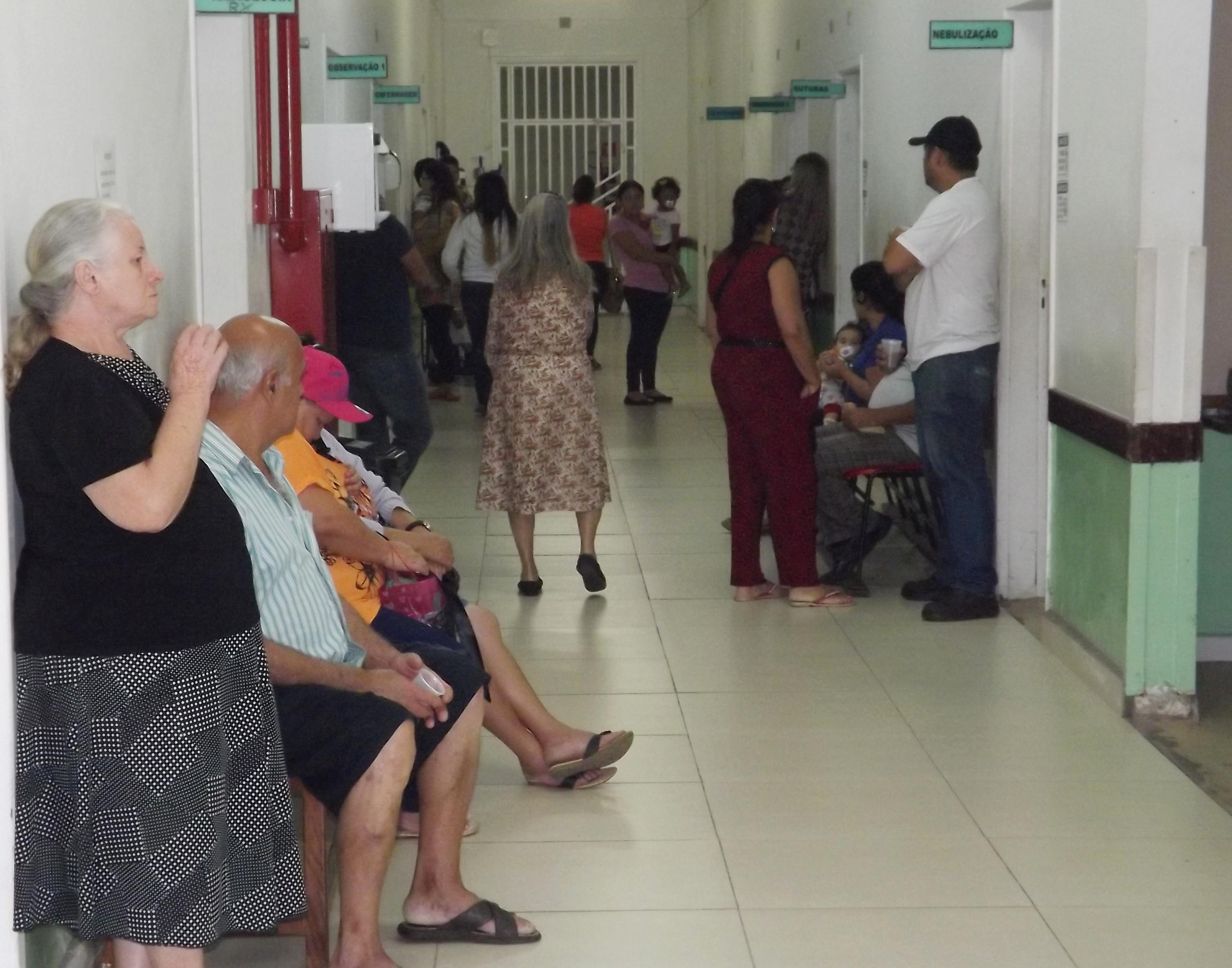 O corredor cheio na Santa Casa de Cruzeiro mostra a dificuldade no atendimento da cidade, que pleiteia instalação de um hospital regional (Foto: Da Redação)