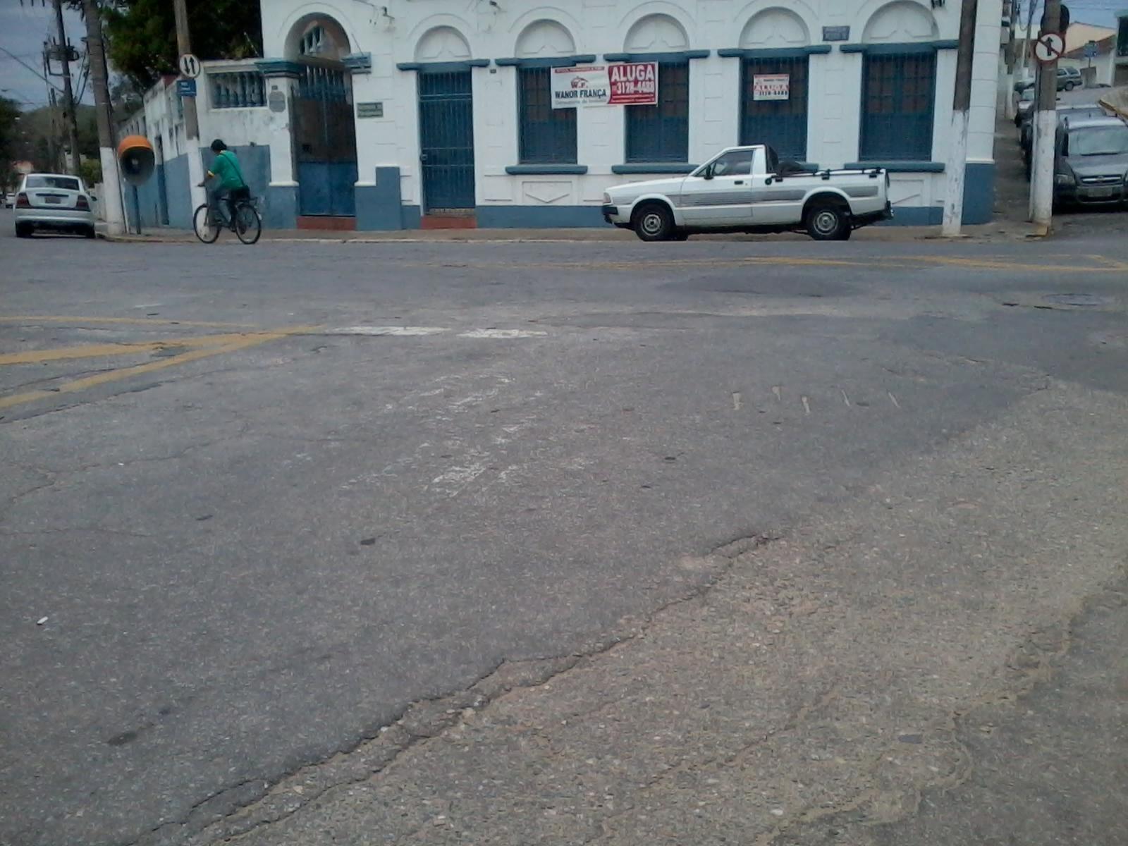 Faixa de pedestre apagada em cruzamento no centro de Guaratinguetá, é um dos exemplos do déficit na sinalização de trânsito (Foto: Carlos Pimentel)