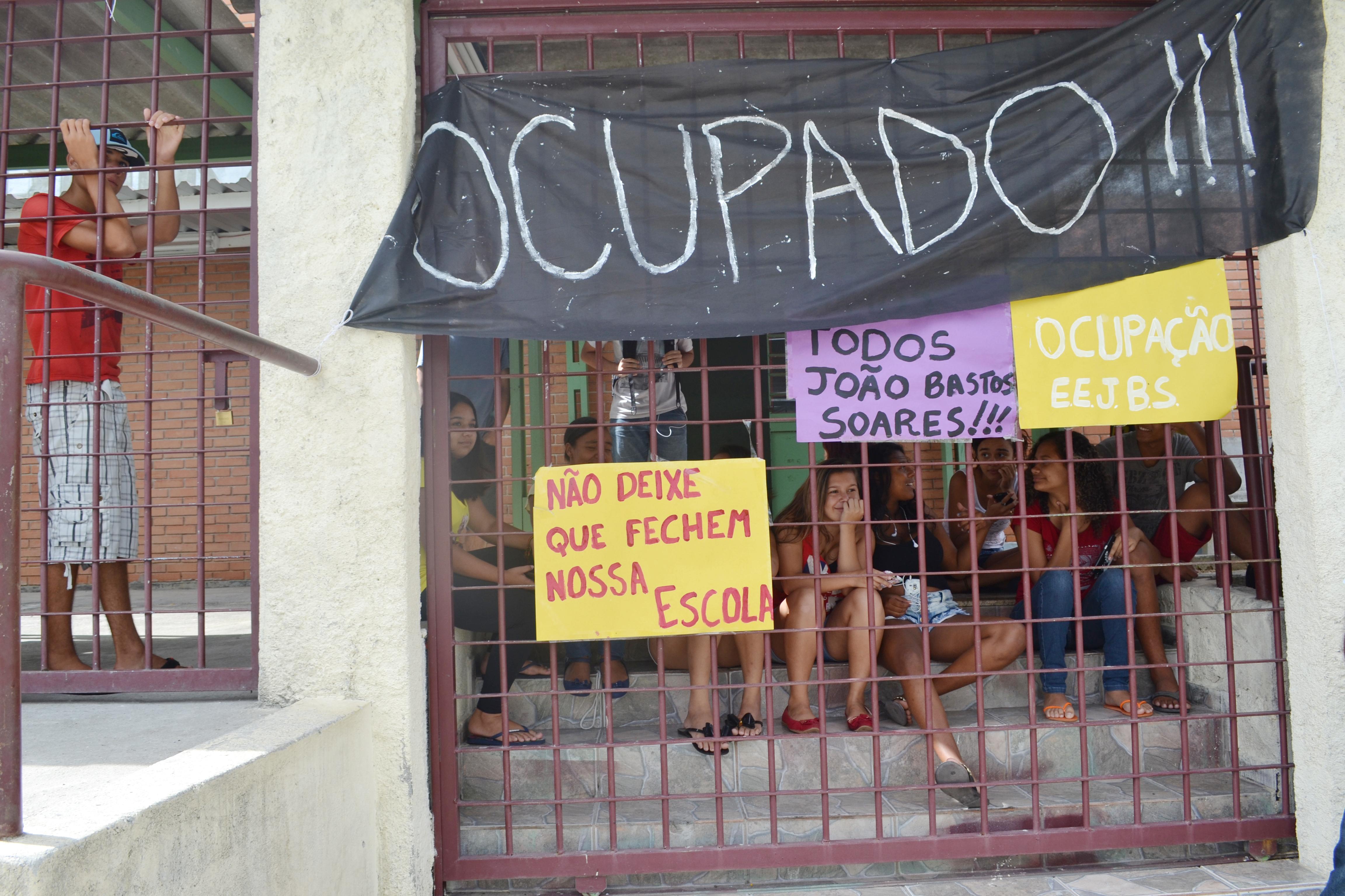 Alunos da João Bastos protestam contra fechamento da escola por determinação do Estado (Francisco Assis)