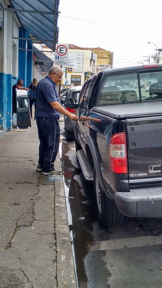 Comerciante com mais de 65 anos estaciona veículo em vaga comum; reivindicação da 'melhor idade' pede vaga reservada próximo a parquímetro (Lucas Barbosa)