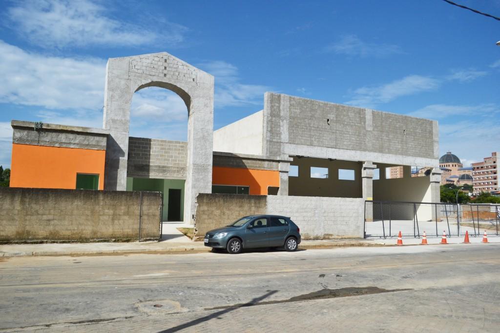 Construção da sede dos Bombeiros em Aparecida, que teve inauguração anunciada, mas que nem entrou em fase de acabamento (Elisabeth Almeida)