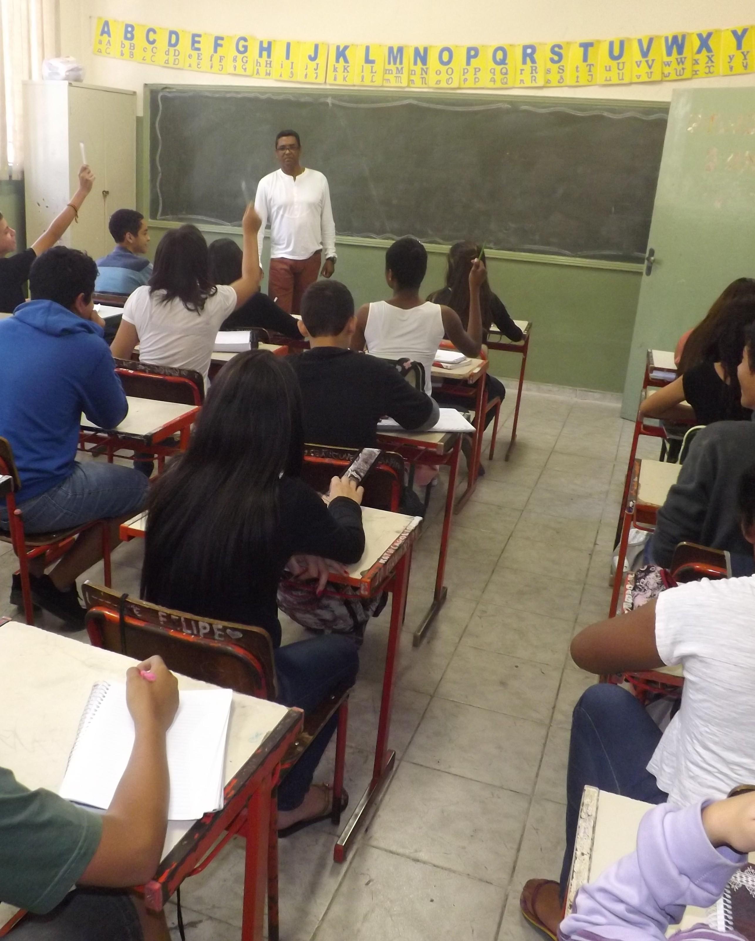 Professor comanda aula do 9º ano na escola Climério, de Lorena (Redação Atos)