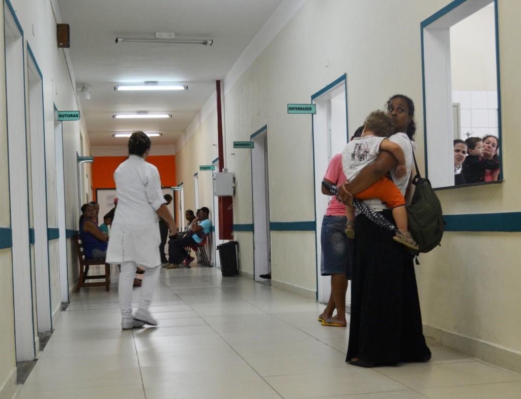 Paciente aguarda atendimento do Pronto Socorro de Cruzeiro; crise no atendimento é foco de ação popular (Francisco Assis)