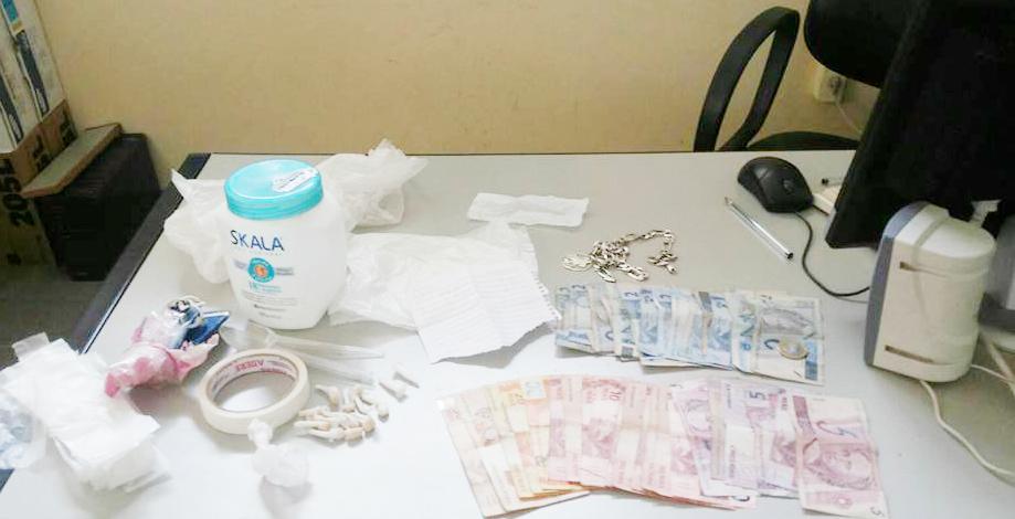 Resultado da operação que apreendeu 150 pedras de crack, 51 pinos de cocaína, 10 trouxinhas de maconha, 1.160 cápsulas vazias (Polícia Civil)