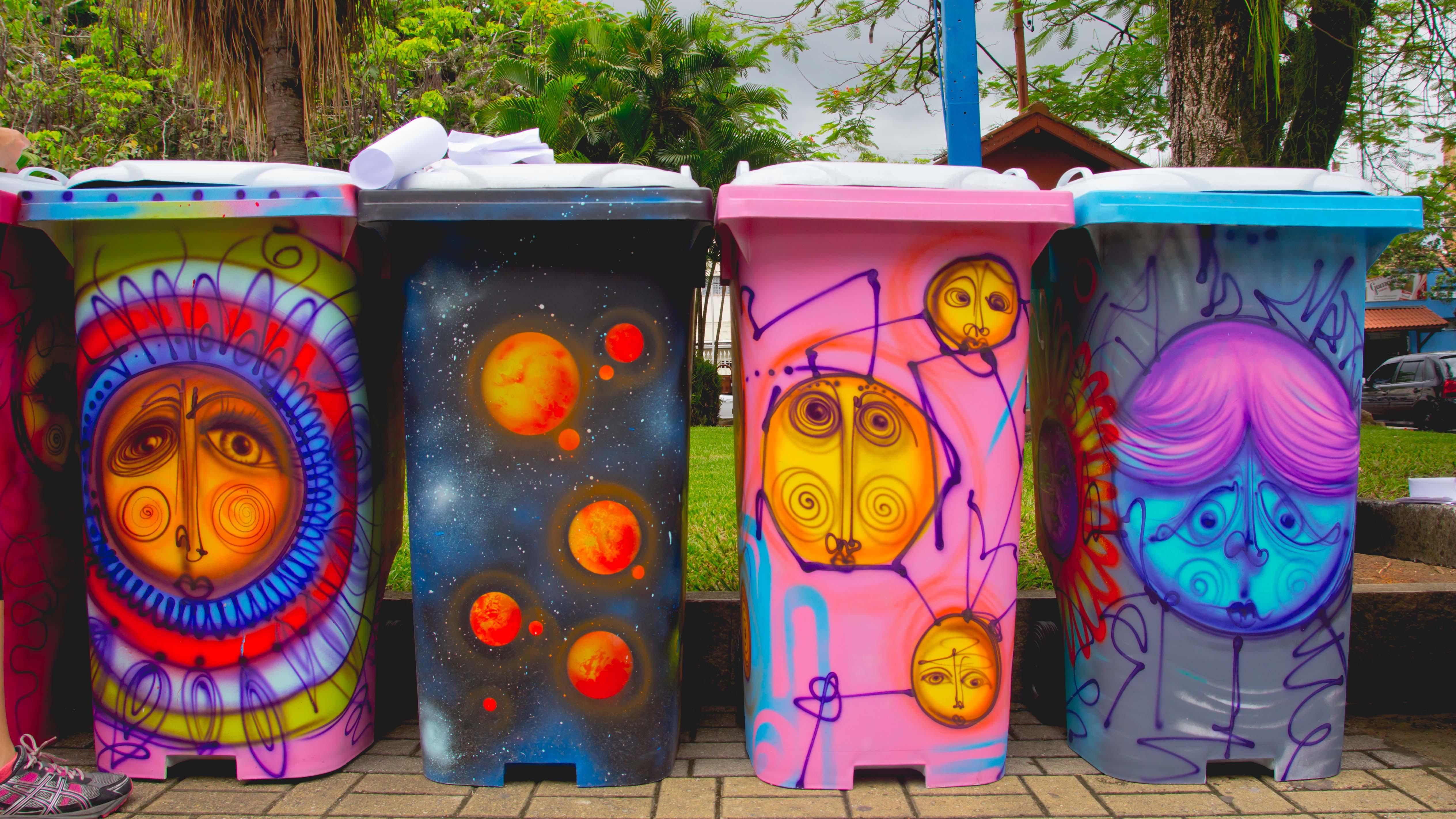 Lixeiras estilizadas pelo projeto do artista plástico Fernando Madeira, expostas na praça 9 de Julho. (Colaboração)