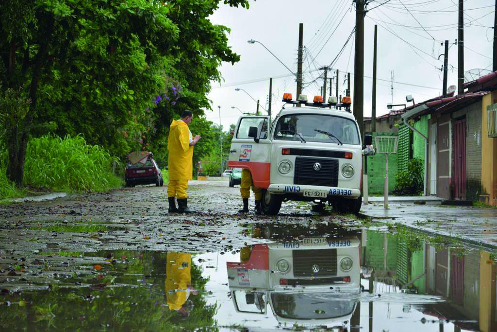 Equipe da Defesa Civil presta atendimento a uma das duzentas famílias afetadas pela chuva da quinta-feira; ocorrências seguiram em vários pontos da cidade (Assessoria PML)