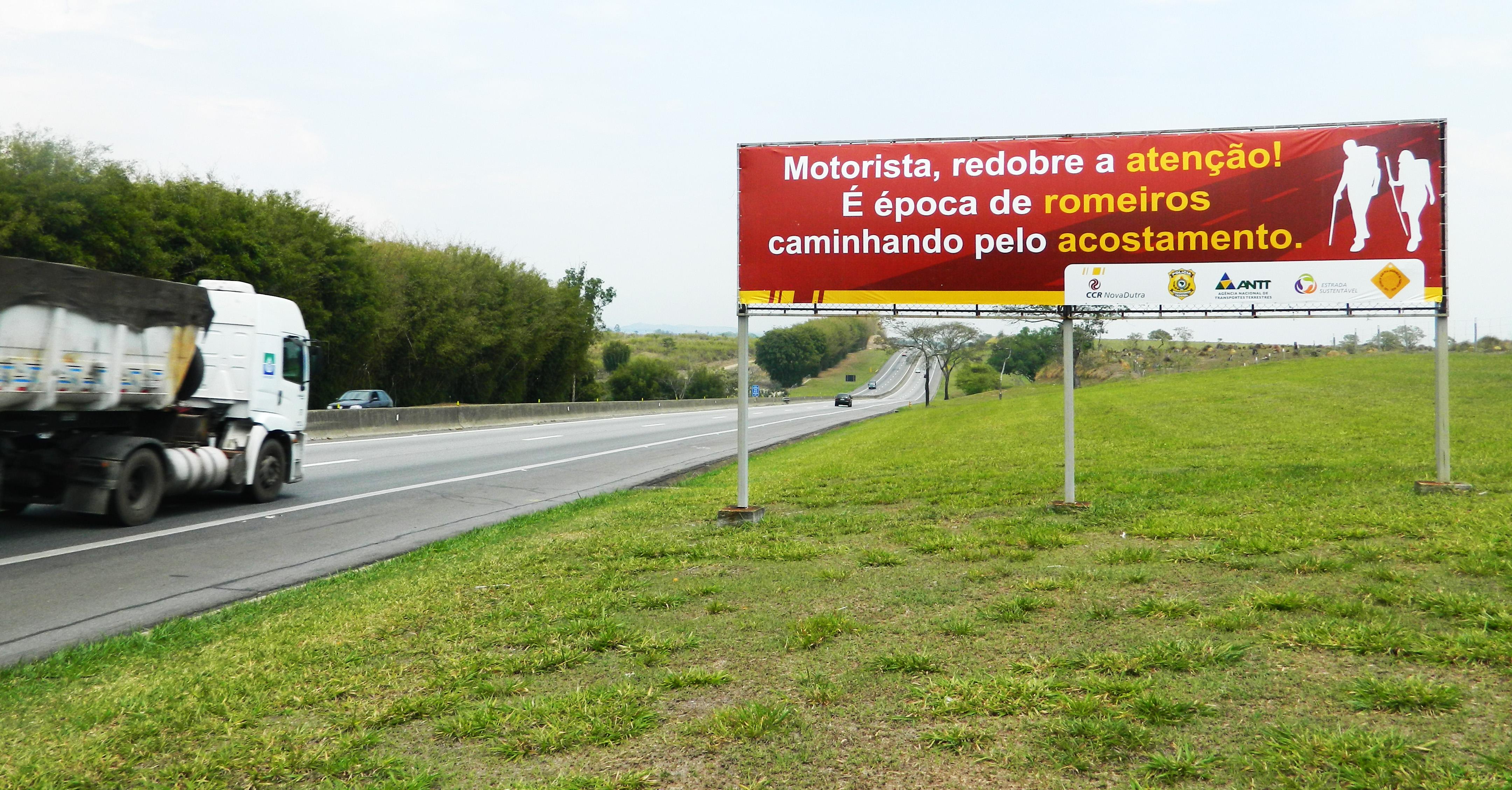 Outdoor exibe campanha institucional da concessionária às marges da rodovia; trabalho de conscientização tem sido aposta da PRF (Atos Redação)