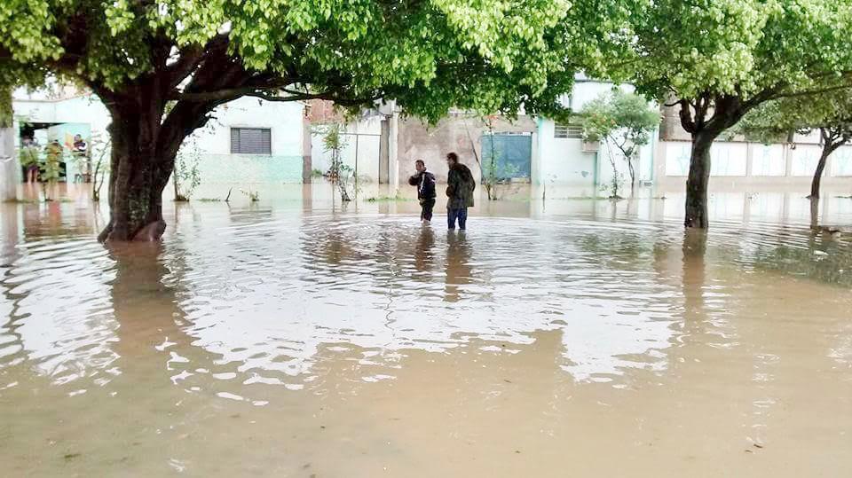 Moradores transitam por ruas alagadas após incidência de chuvas; Vigilância analisa risco de dengue (Colaboração)
