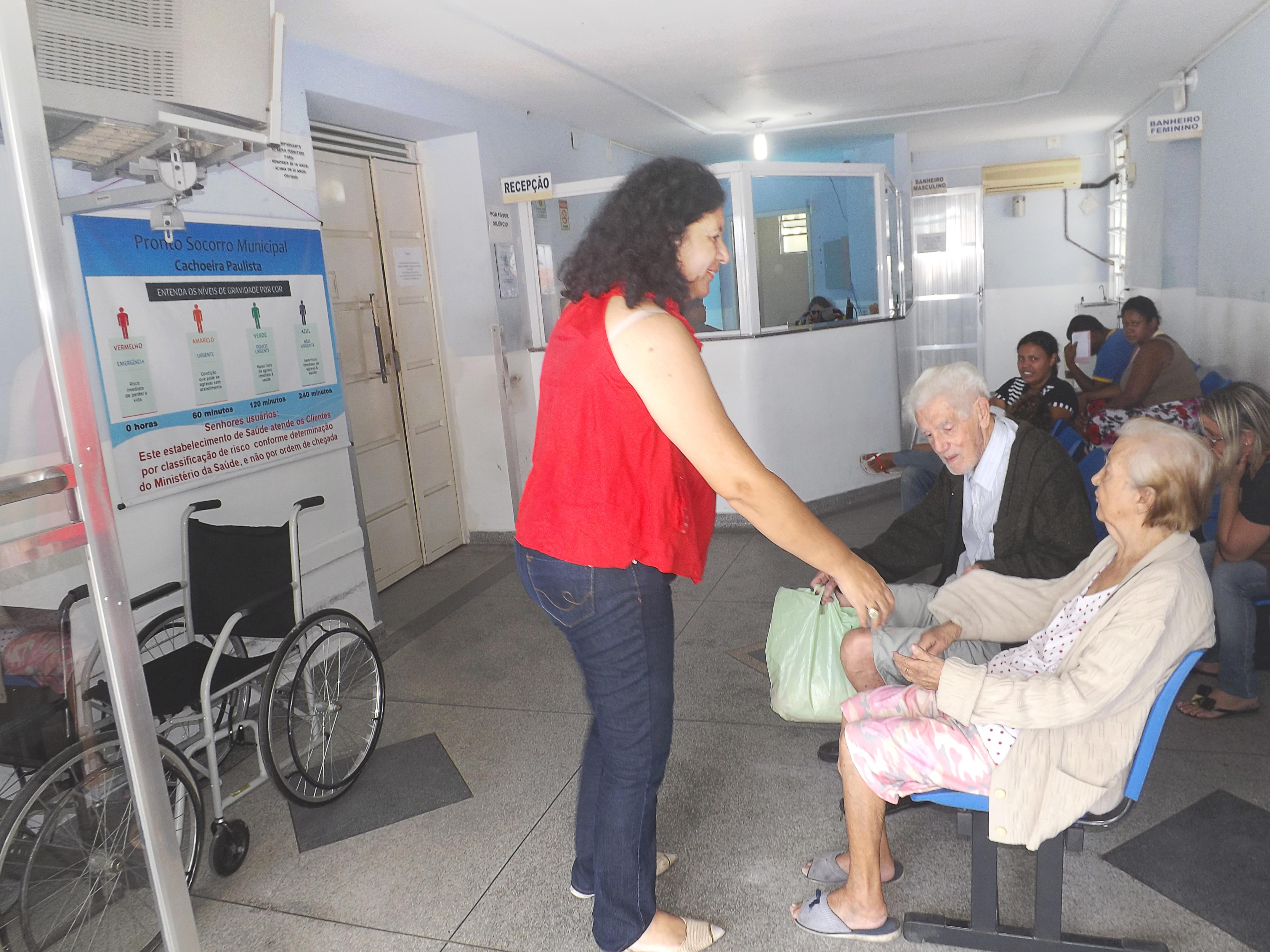 Idosos aguardam por atendimento na Santa Casa, que agora passa a contar com atendimento de exames clínicos (Arquivo Atos)