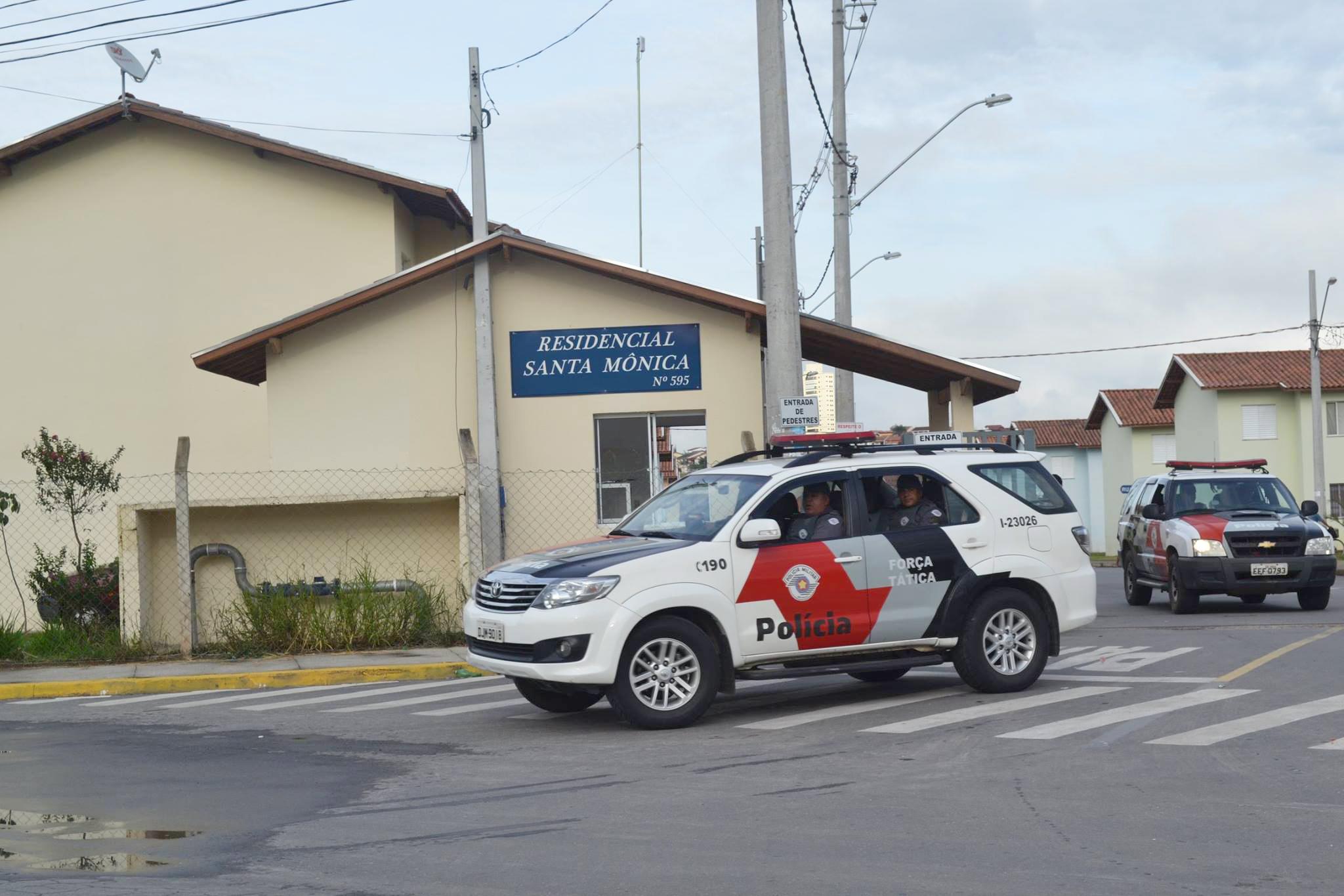 Viaturas da PM durante operação que apreendeu drogas e arma em Guaratinguetá (Thiago Datena)