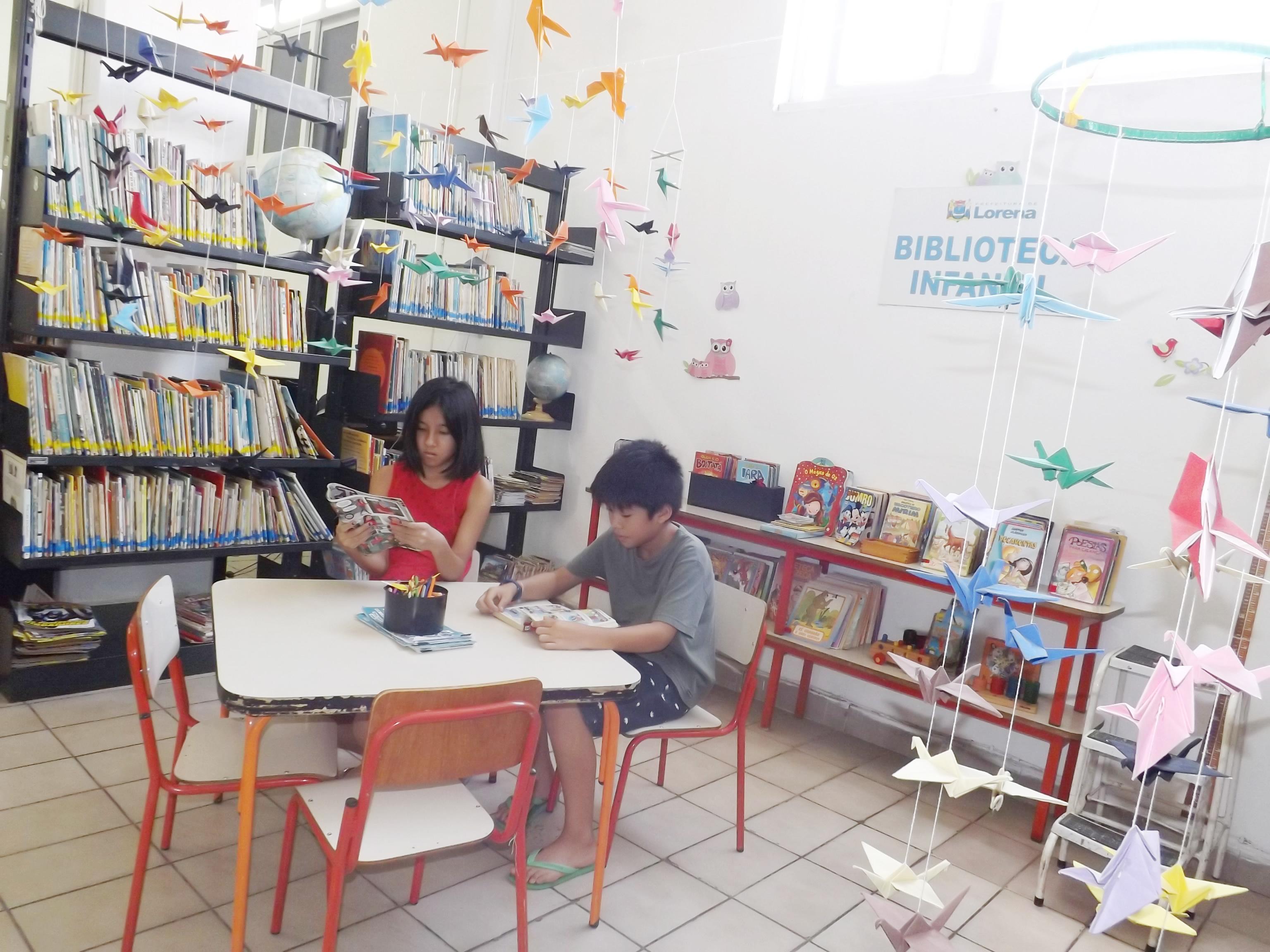 Crianças leem revistas em área destinada ao público infantil; na era da informação, Biblioteca de Lorena ganhou destaque com aumento de público nos últimos três anos (Rafaela Lourenço)