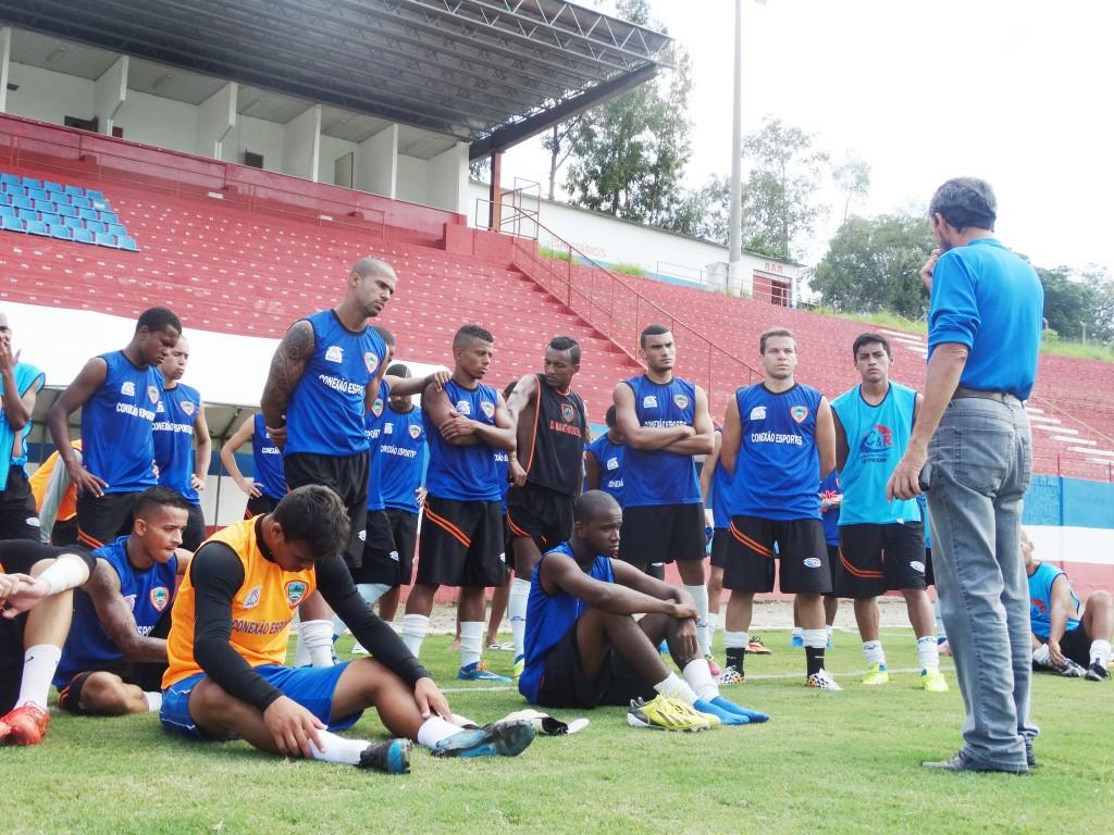 Jogadores do Manthiqueira participam de avaliação técnica no gramado, antes do treinamento em preparação para o Campeonato da Série B (Arquivo Atos)