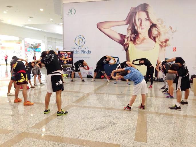 Momento de aquecimento durante a aula de muay thai, no shopping de Pinda (Divulgação)