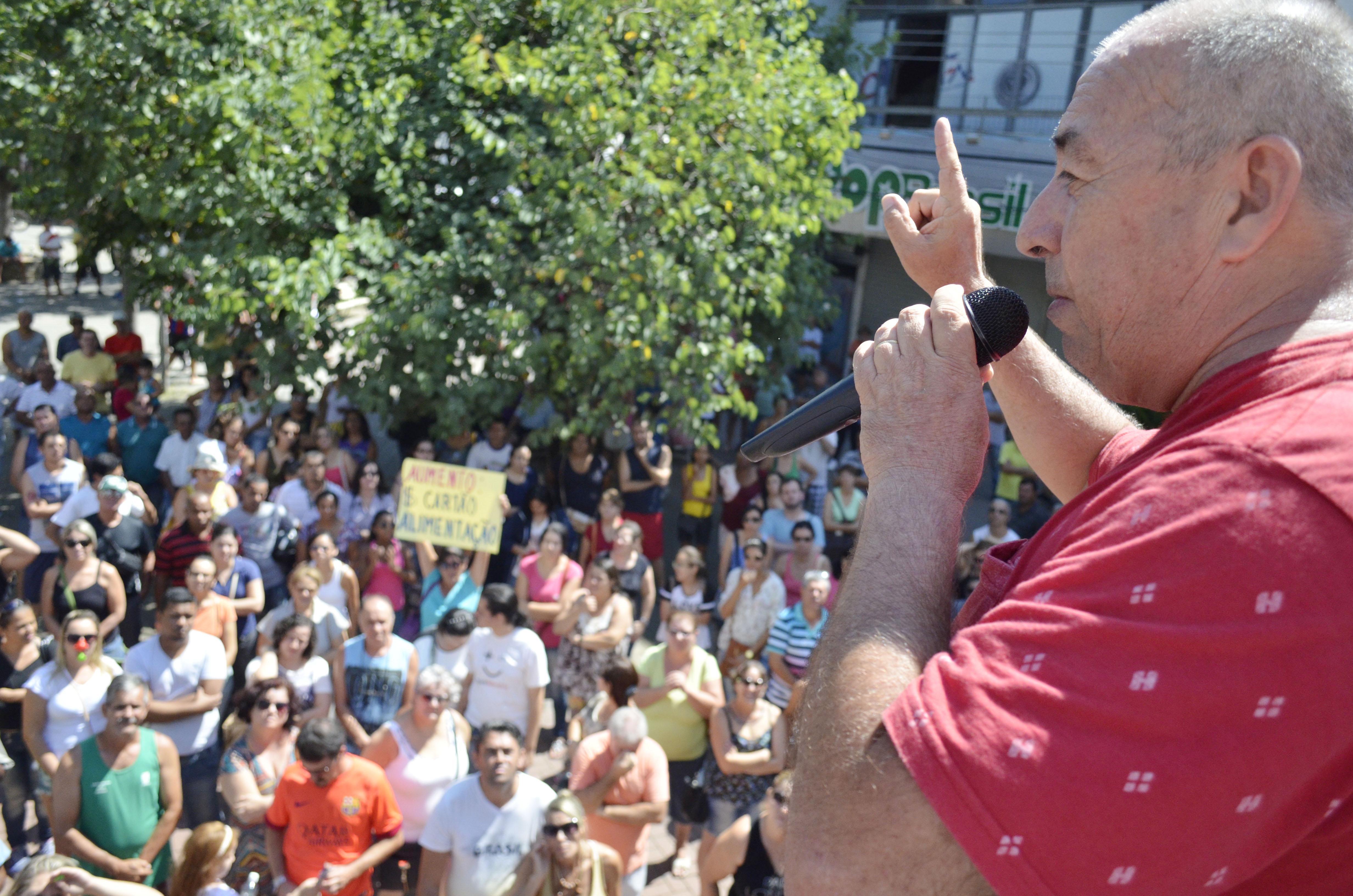 O presidente do sindicato José Eduardo Ayres fala sobre reivindicações, observado por servidores que tomaram a praça Conselheiro (Leandro Oliveira)