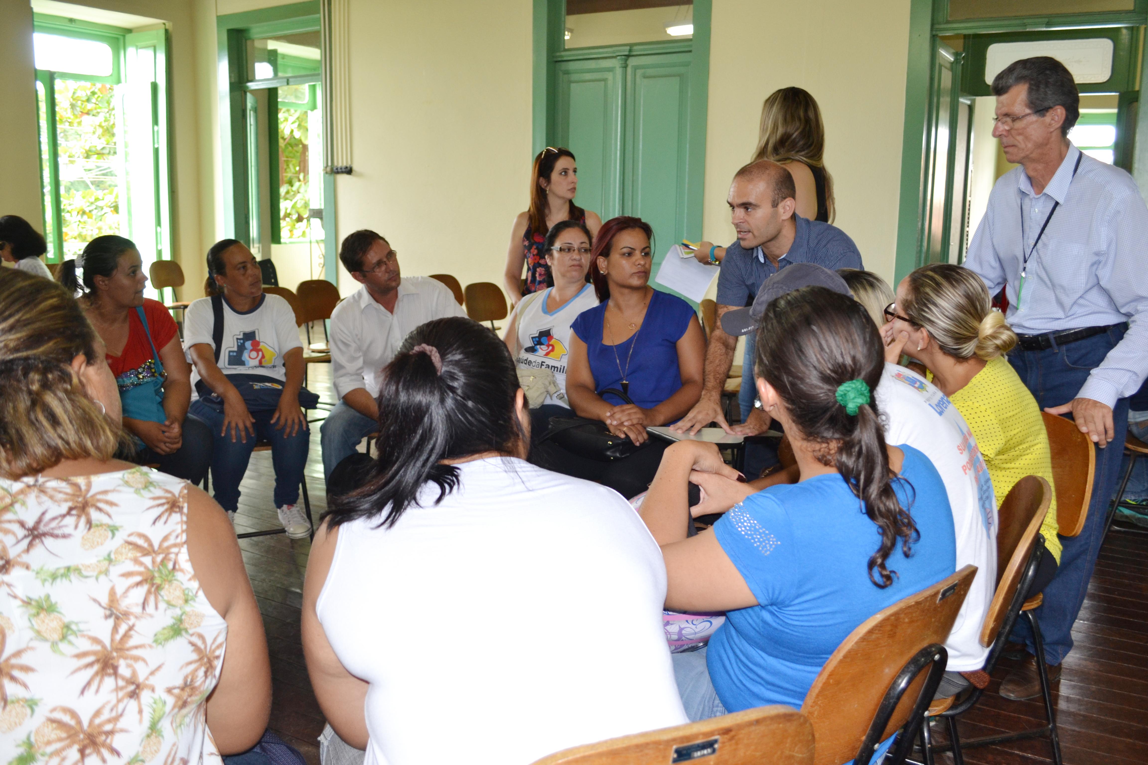 O secretário de Meio Ambiente, Willinilton Portugal, observa evolução de entendimento nas dinâmica de grupo, em reunião na Casa da Cultura (Lucas Barbosa)