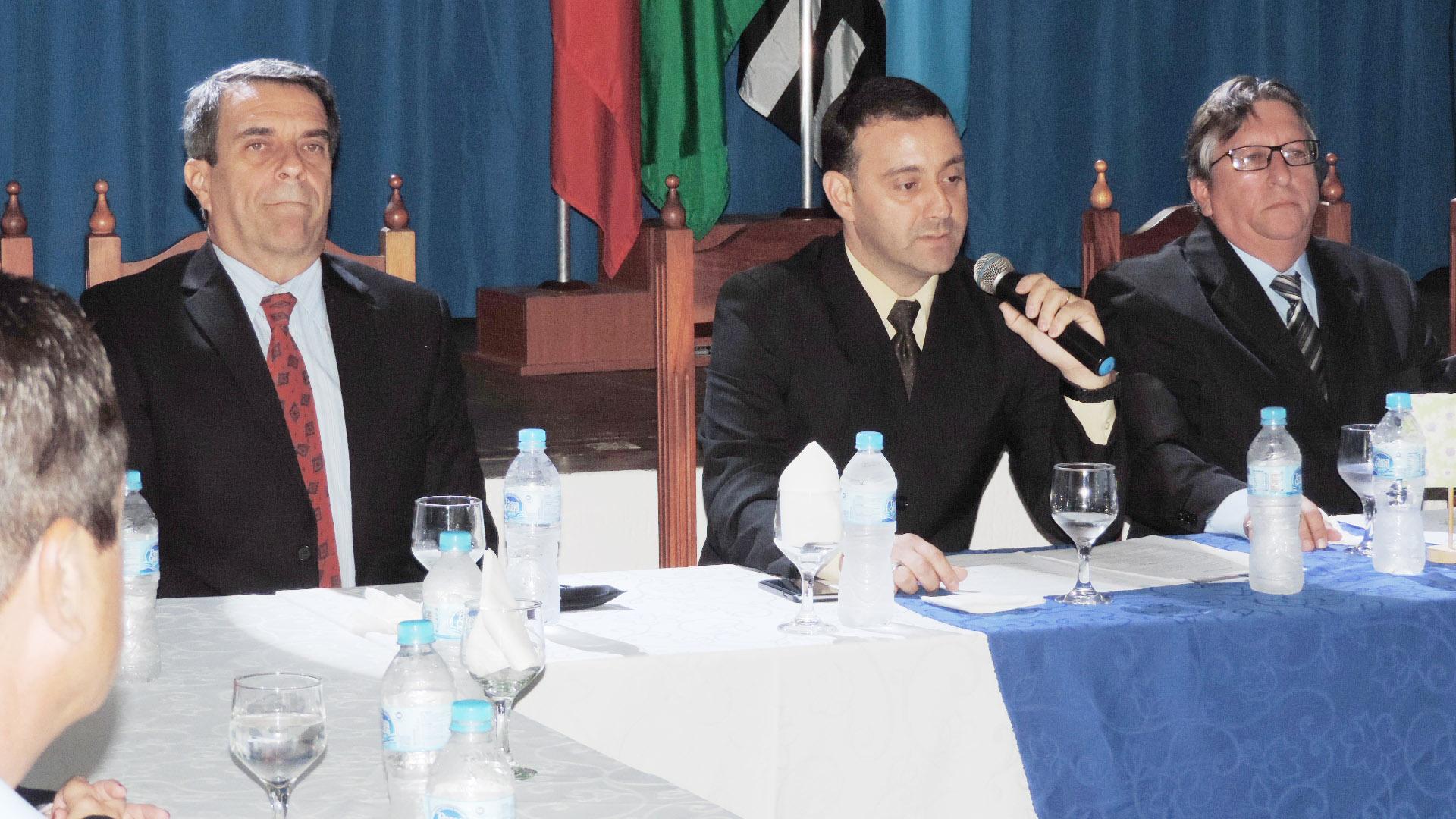 O novo presidente do Comercial, Renato Marton (centro), que assumiu o clube de Lorena, após administração polêmica de Maria Inez Vieira (Francisco Assis)