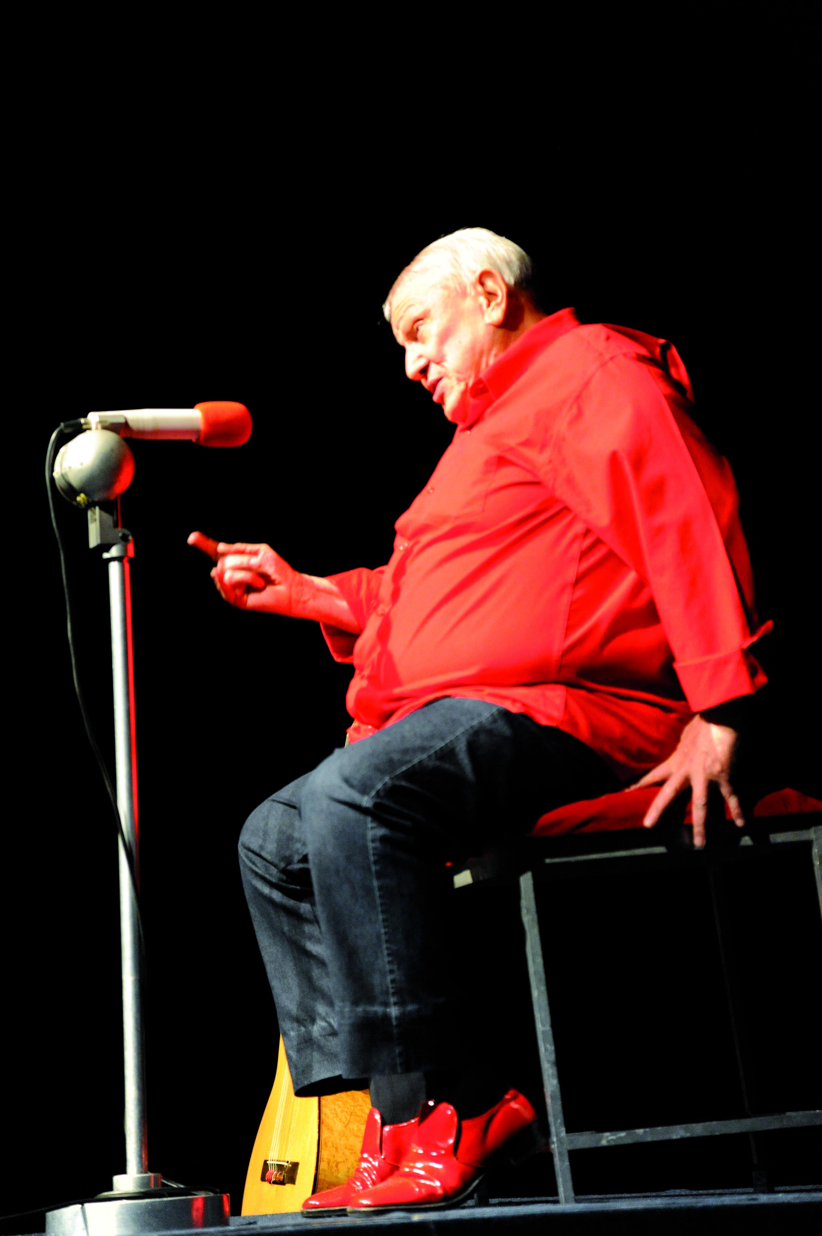 Em frente ao microfone, uma rajada de bom humor há mais de 50 anos (Foto: Divulgação)