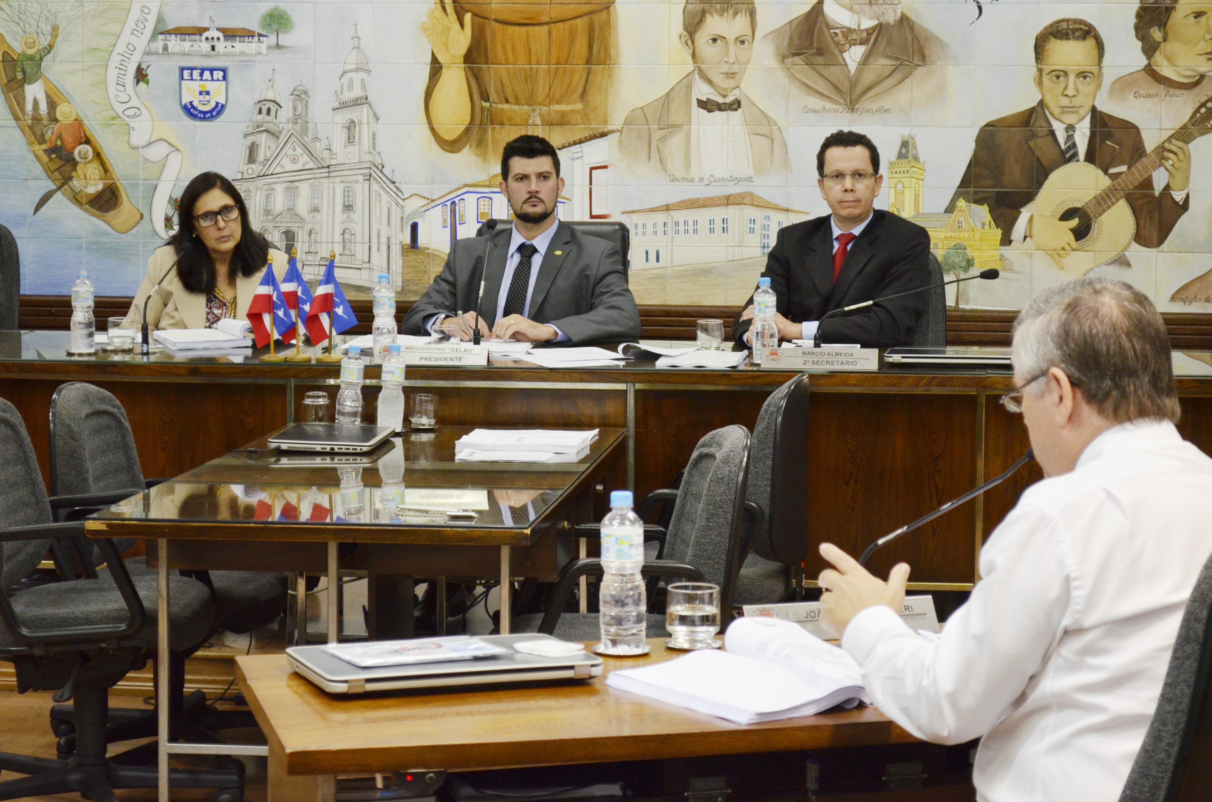 O vereador João Pita (de costas) questiona Maristela Siqueira sobre processo com o Hospital Frei Galvão, durante sabatina na Câmara (Foto: Leandro Oliveira)