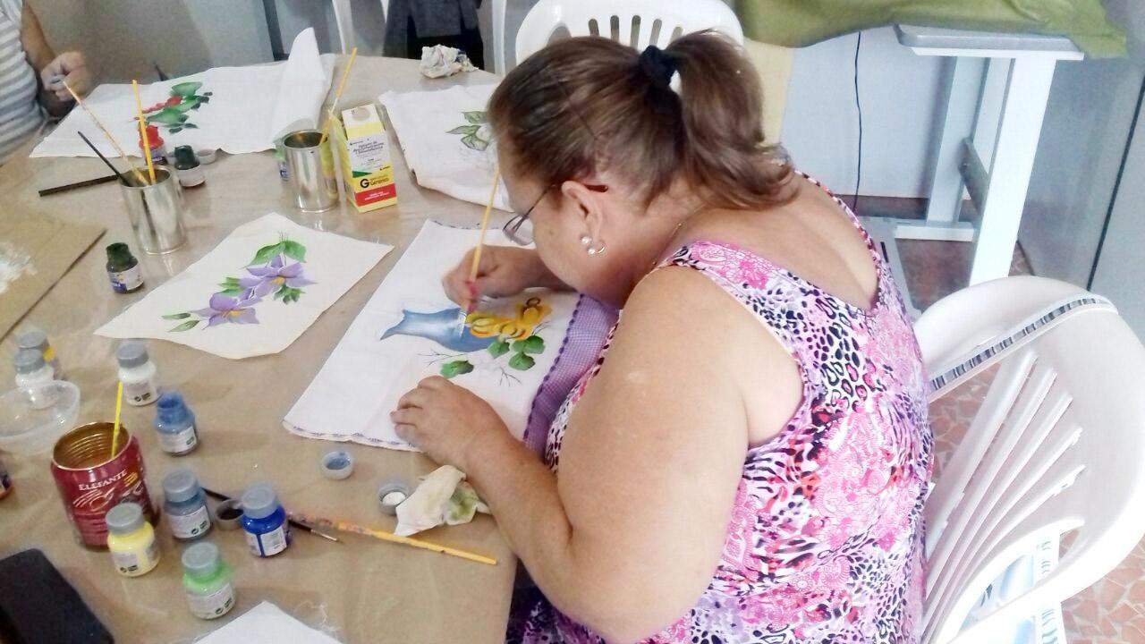 Participante do curso de pintura em Cachoeira; região aposta na qualificação para driblar desemprego (Assessoria)