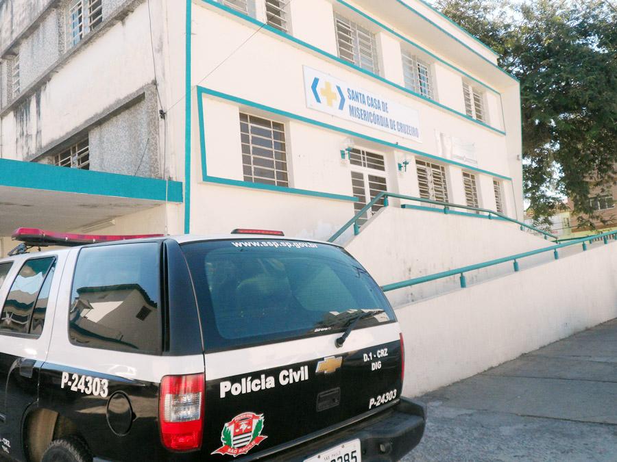 Viatura da Polícia Civil, em frente a entrada principal da Santa Casa de Cruzeiro; denúncias e protestos contra más condições de trabalho (Maria Fernanda Rezende)