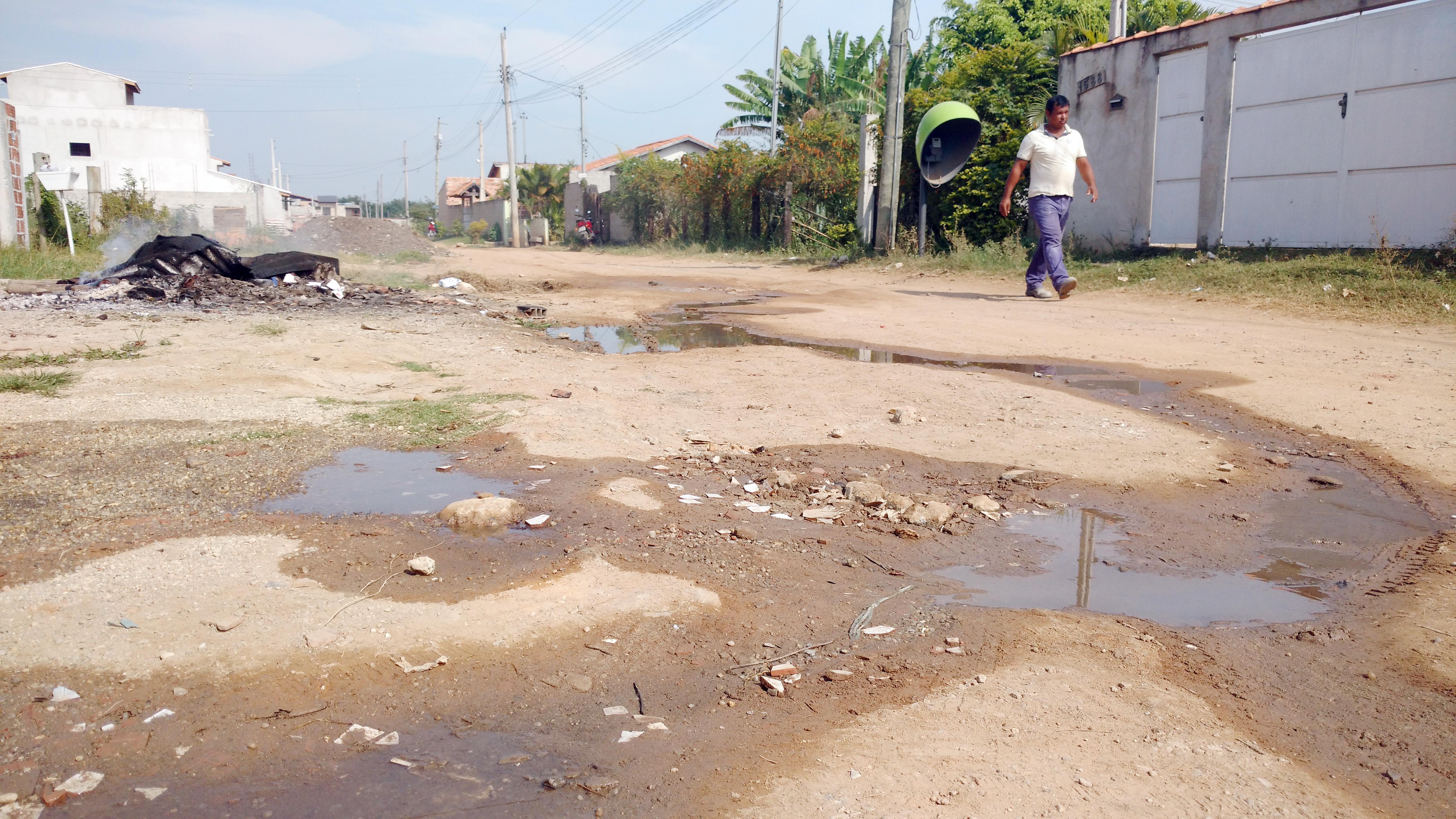 Esgoto corre pelas ruas do Santa Edwiges; irritados, moradores cobram Saae por implantação de sistema (Rafael Rodrigues)