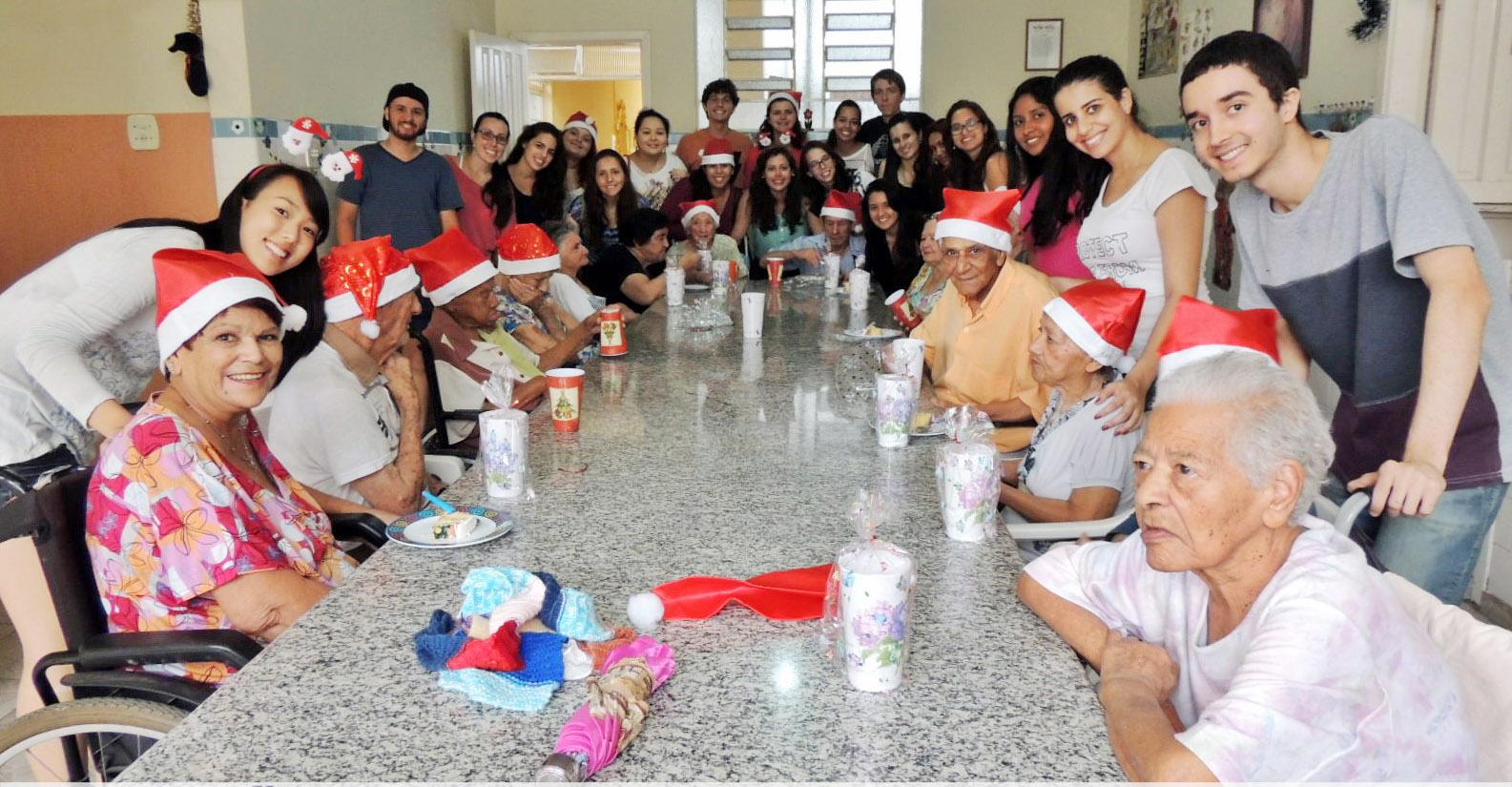 Grupo de universitários presenteiam idosos no Natal; projeto busca arrecadar verba para compra de cadeira de rodas (Foto: Divulgação / USP)