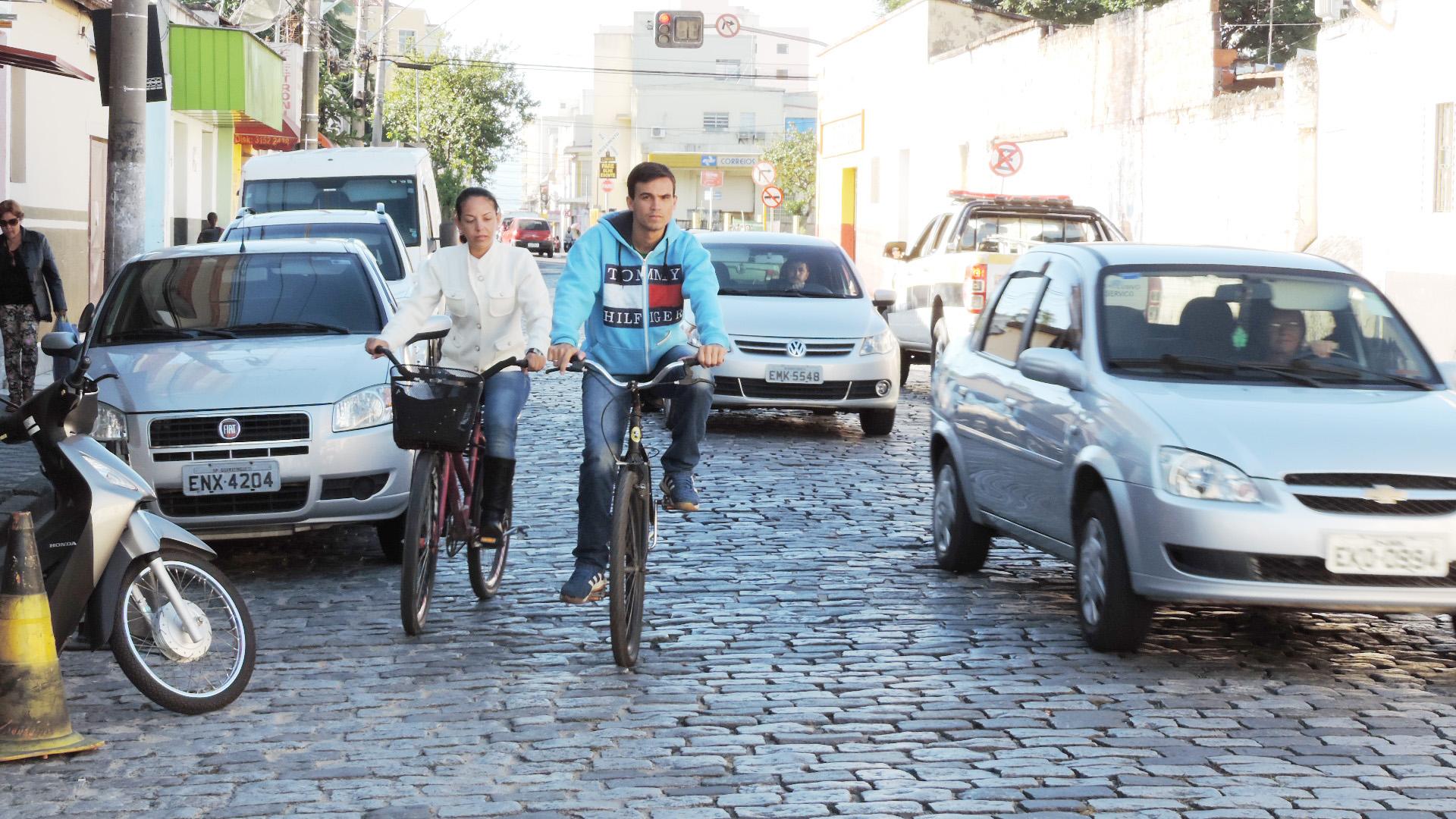 Ciclistas disputam espaços com carros, caminhões e ônibus na região central de Lorena; cidade tenta melhorar mobilidade com proposta (Foto: Rafaela Lourenço)