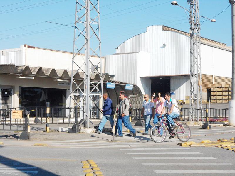 Funcionários durante troca de turno na Maxion; maior empregadora de Cruzeiro tenta retornar crescimento (Foto: Maria Fernanda Rezende)