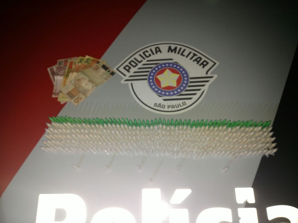 Pinos e cédulas apreendidas em operação pela Força Tática, em Lorena (Foto: Divulgação / Força Tática)