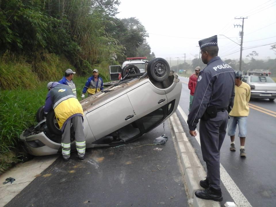 Resgate tenta retirar carro que capotou na manhã da última segunda-feira (Foto: Thiago Datena)