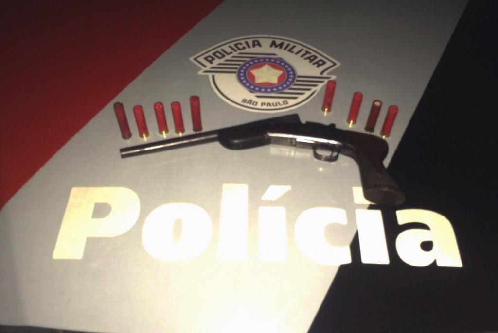 Arma e cartuchos apreendidos na última terça-feira, em Canas foto: Divulgação / Força Tática)