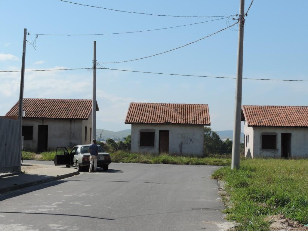 Com casas inacabadas, CDHU de Cachoeira segue sem a ligação de iluminação; tarifa é cobrada sem serviço  (Fotos: Lucas Barbosa)