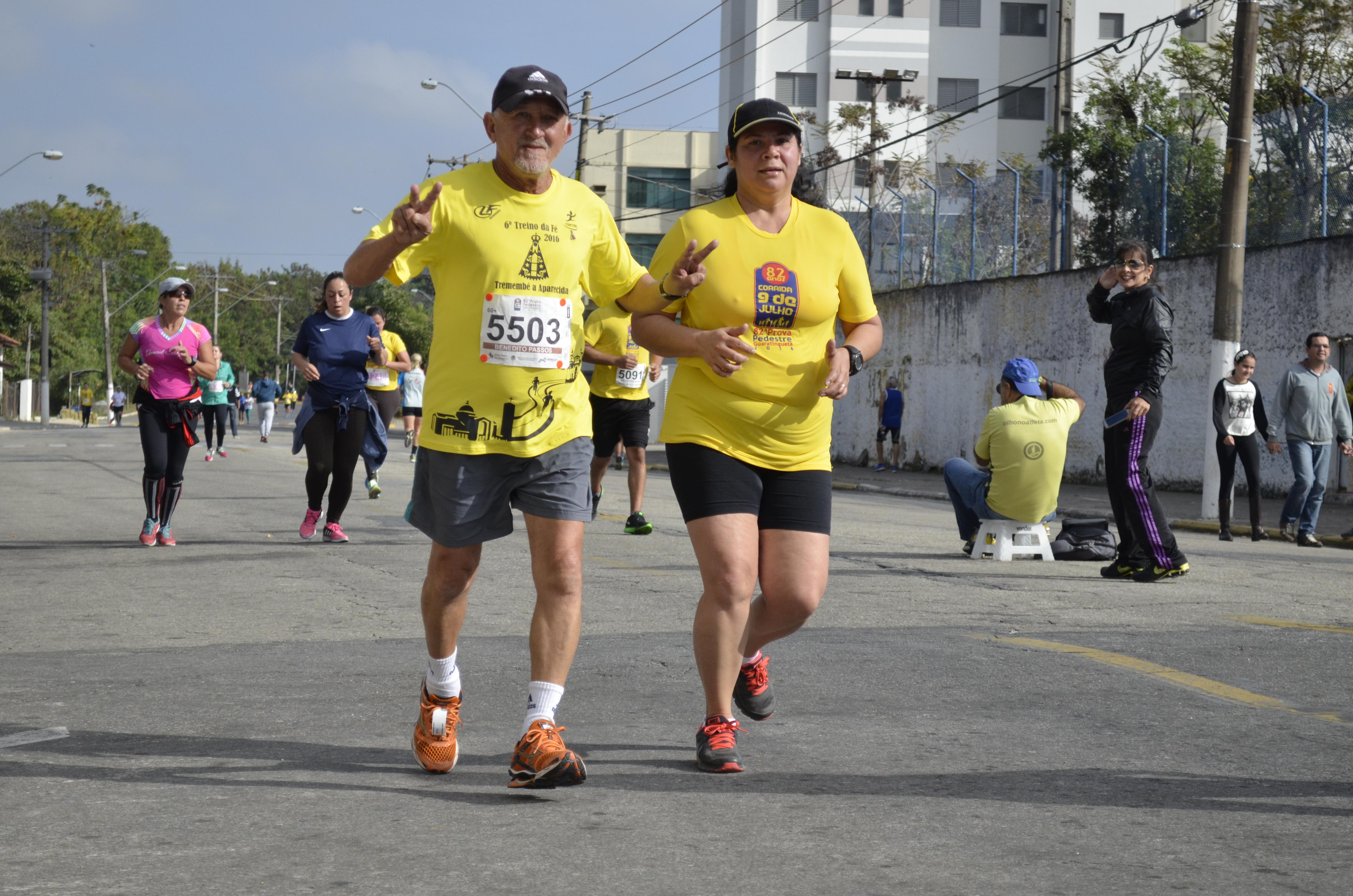 Acompanhado de corredora, Passinho enfrenta os dez quilômetros da Corrida 9 de Julho no último sábado, em Guaratinguetá (Foto: Leandro Oliveira)