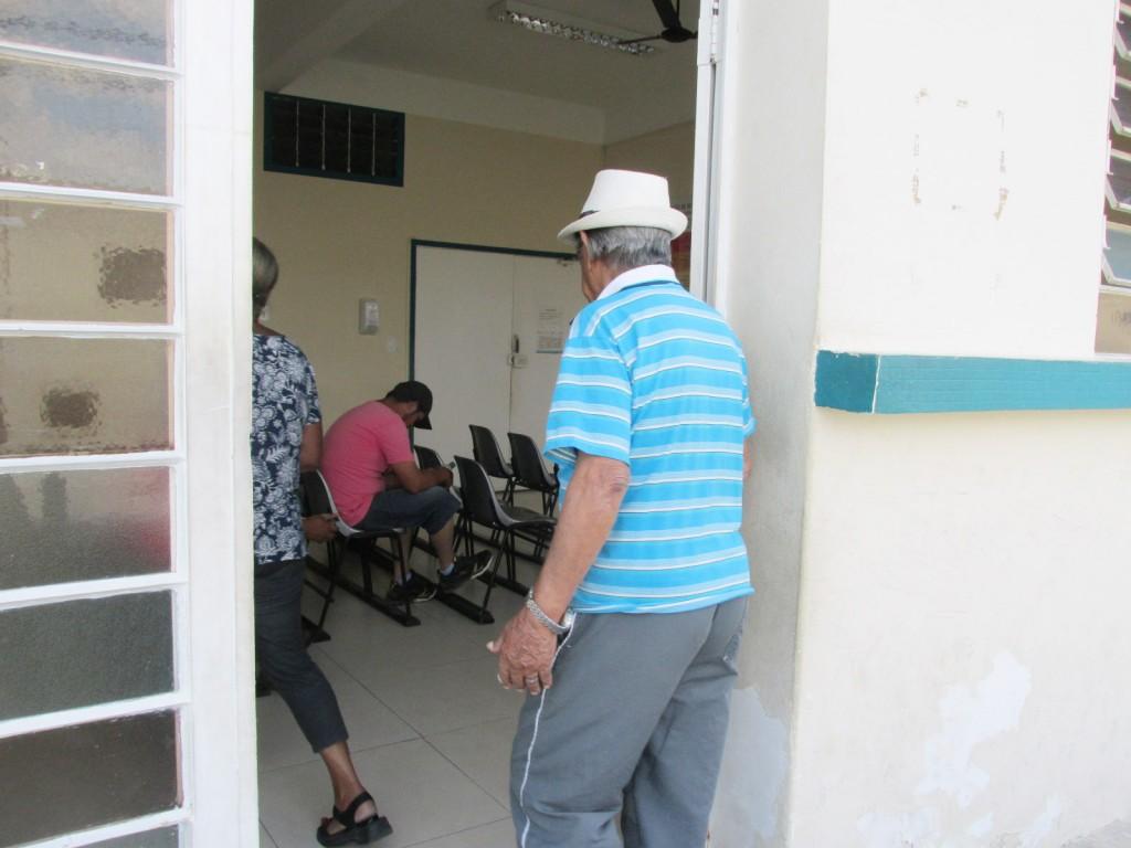 Idoso procura atendimento no Pronto Socorro de Cruzeiro, na última quinta-feira; crise sem fim na saúde (Foto: Maria Fernanda Rezende)