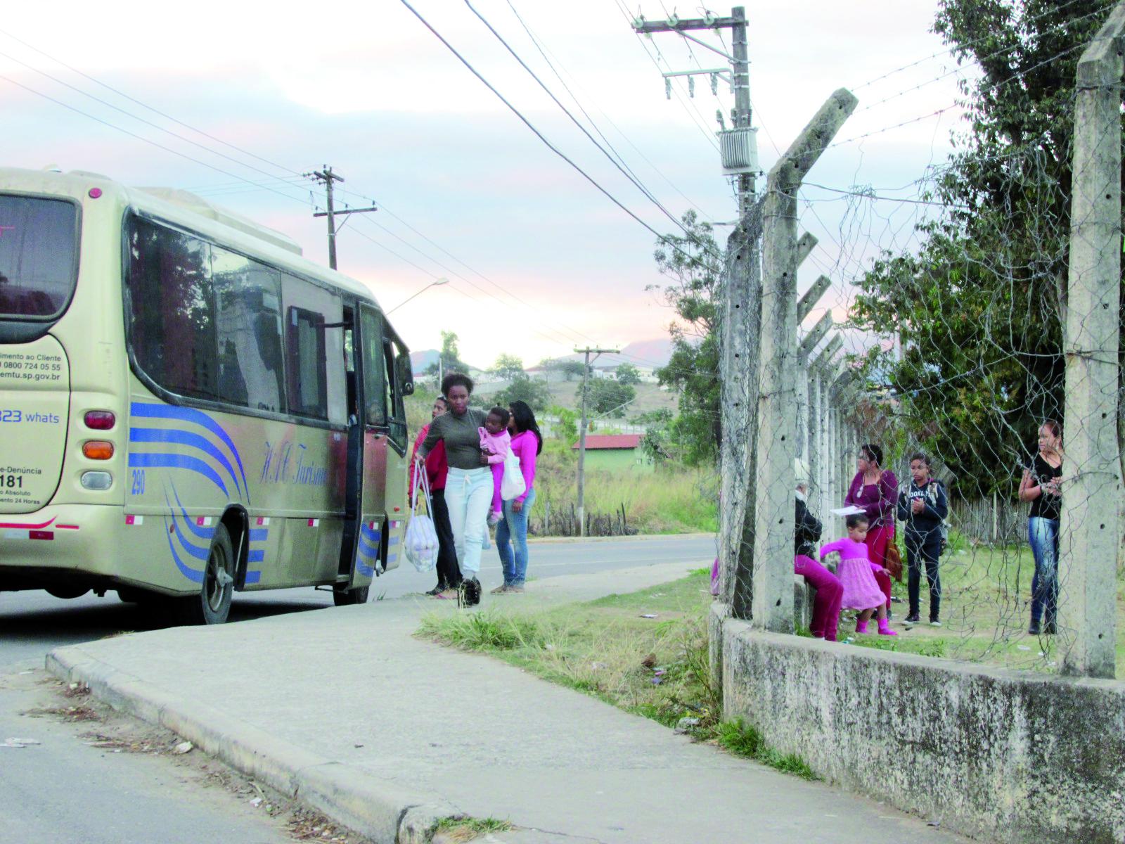 Mães acompanham crianças que utilizam ônibus que fez o transporte até às escolas da rede municipal; falta de pagamento gerou paralisação (Foto: Maria Fernanda Rezende)