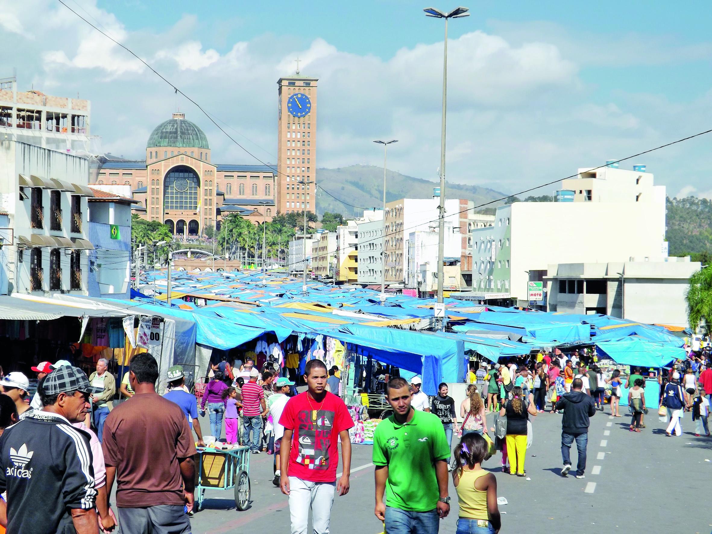 Feira livre e Santuário Nacional, dois ícones da cidade que deve ter mais uma eleição marcada por polêmicas (Foto: Arquivo Atos)