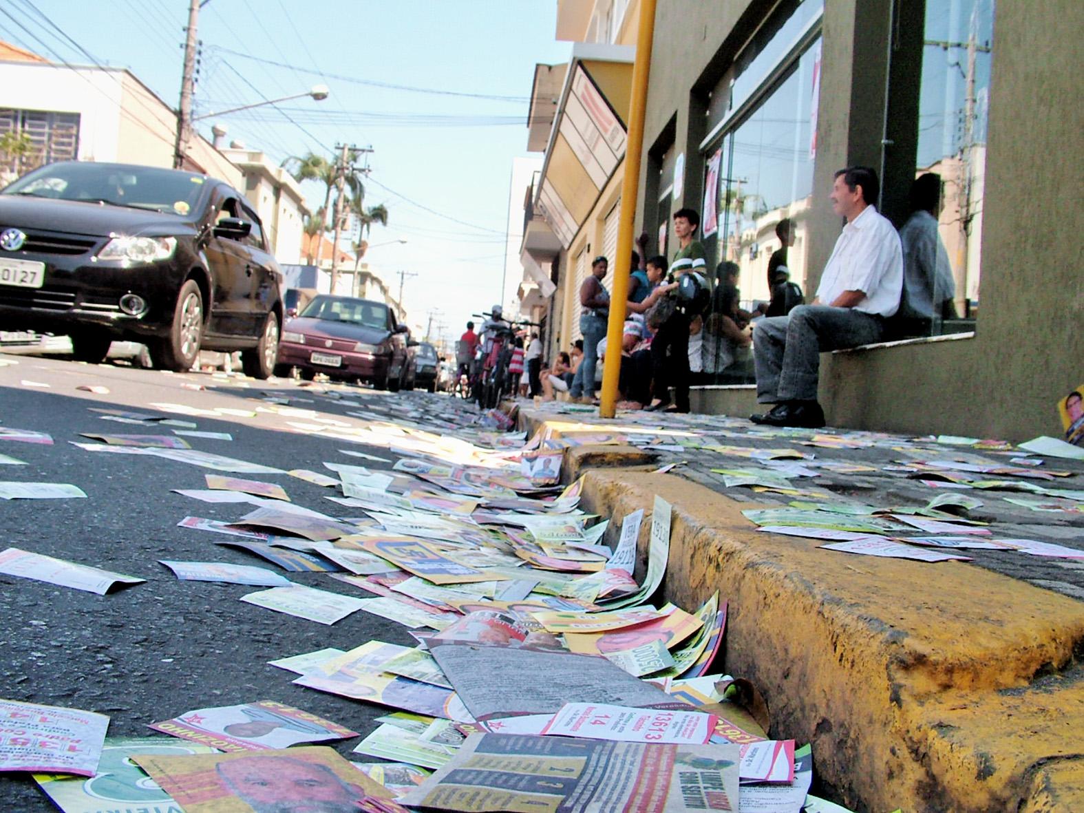 Panfletos tomam conta da rua Dom Bosco, no Centro de Lorena; Justiça promete rigor contra crimes eleitorais no dia da votação na região (Foto: Arquivo Atos)