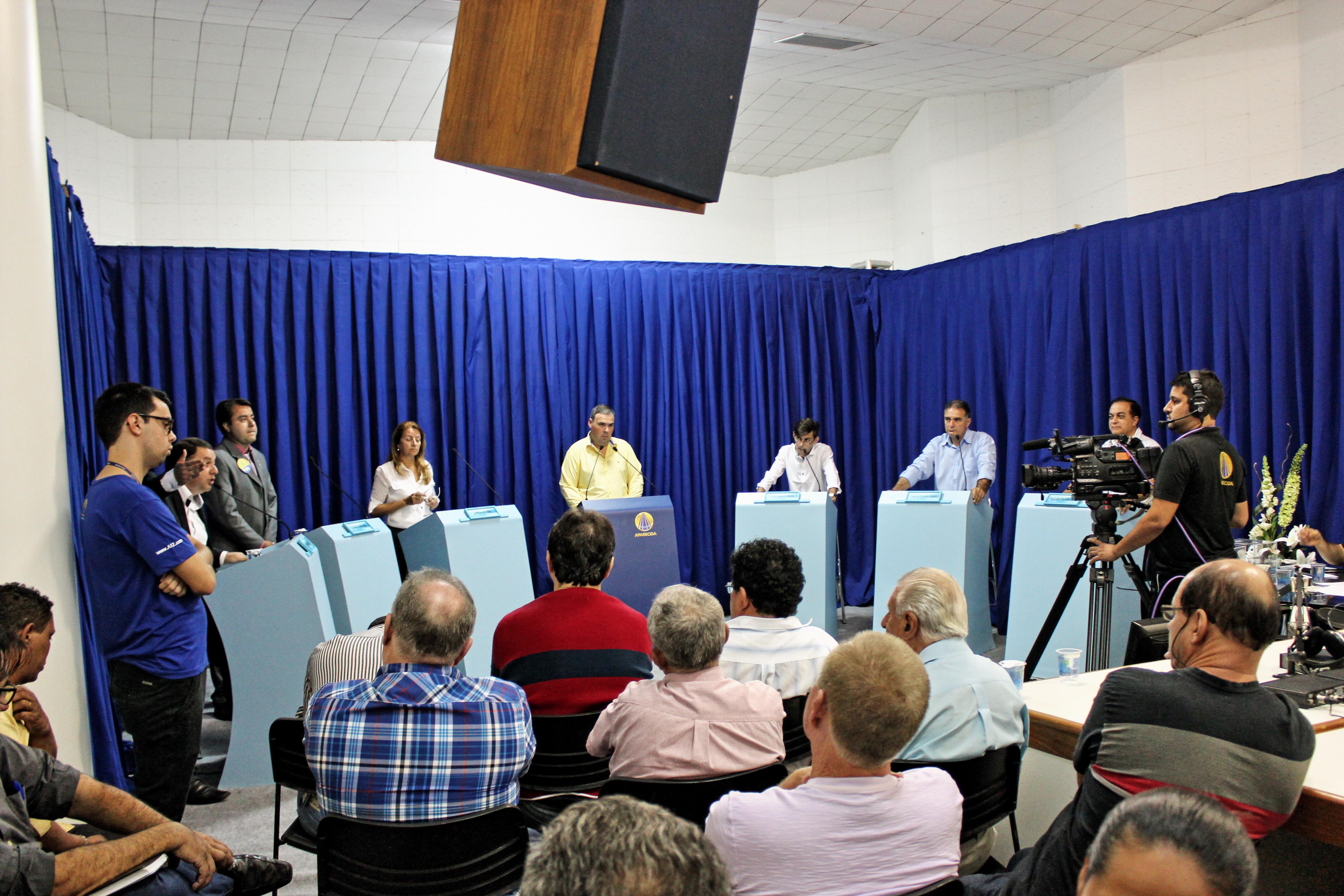 Candidatos participam de debate nos estúdios da Rádio Aparecida; ataques monopolizaram encontro (Foto: Colaboração / Rádio Aparecida)