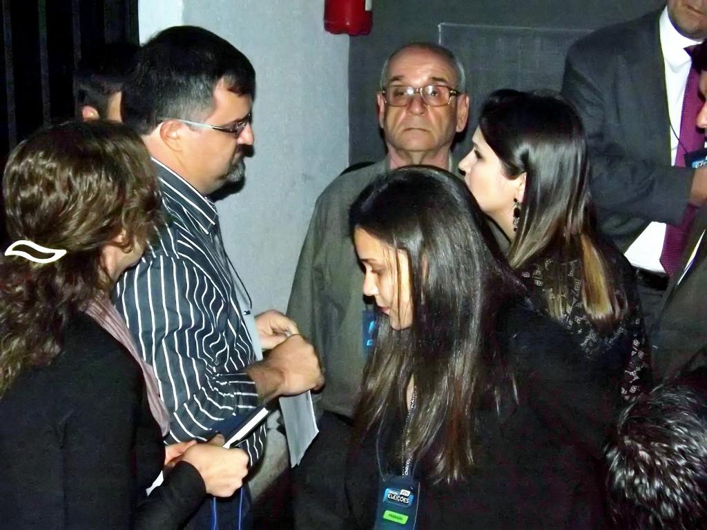 Coligação de Vieira discute com organização do debate, antes de desistir; regras limitaram participantes na plateia (Francisco Assis)