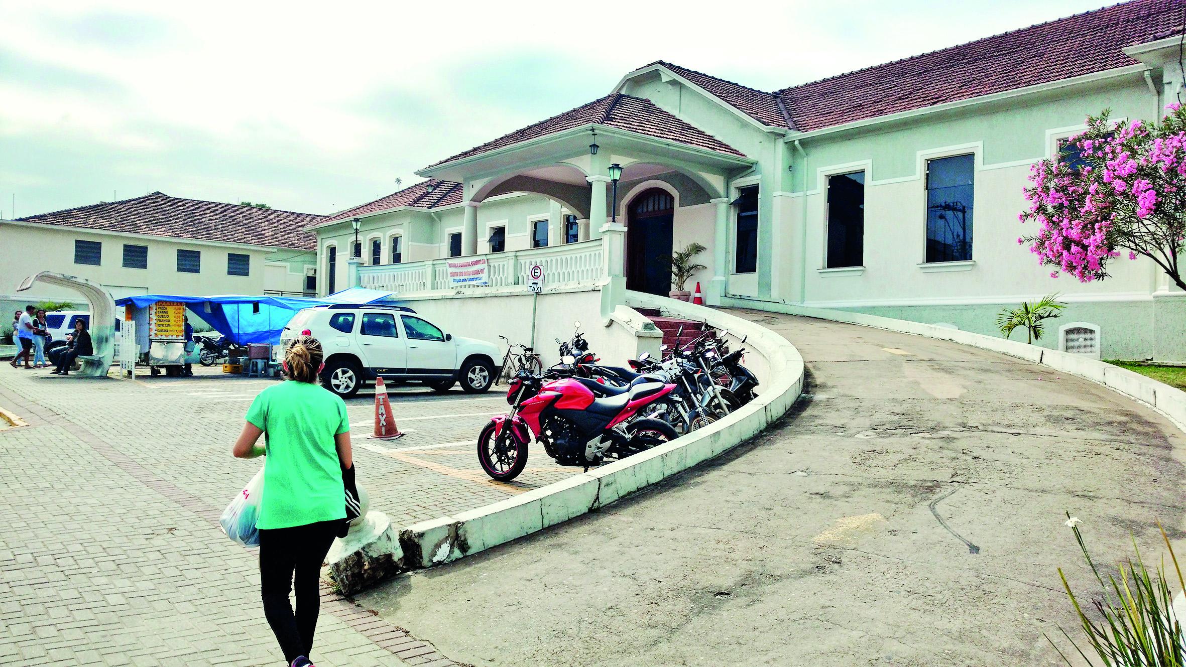 Entrada principal da Santa Casa de Aparecida, mais uma em crise na região; médicos cobram atrasos (Foto: Rafael Rodrigues)